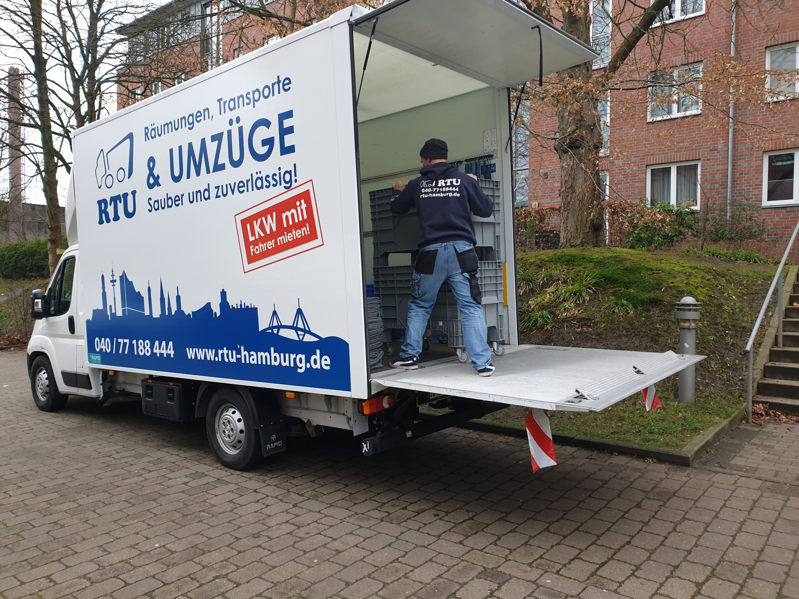 https://www.rtu-hamburg.de/wp-content/uploads/2020/11/Unser-RTU-Transporter-vor-einer-Entruempelung-scaled.jpg